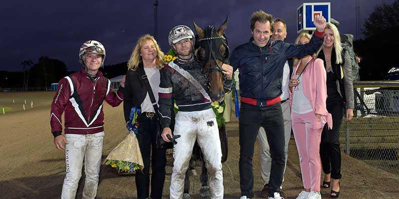 Kretsen kring Sprintermästaren Tae Kwon Deo. Adrian Kolgjini, hästen, pappa Lutfi, mamma Anna, delägaren Daniel Olenklint, med flera.