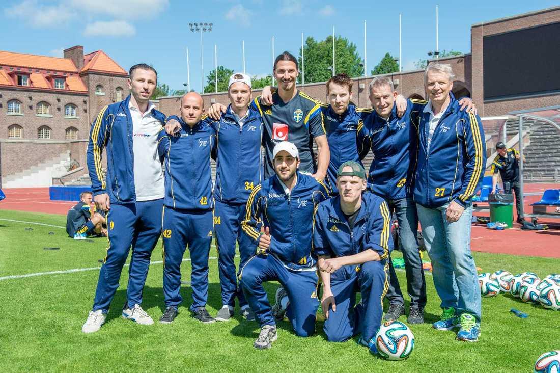 Sveriges Zlatan Ibrahimovic hälsar på det Svenska laget som ska spela VM för funktionshindrade i Brasilien under en träning.