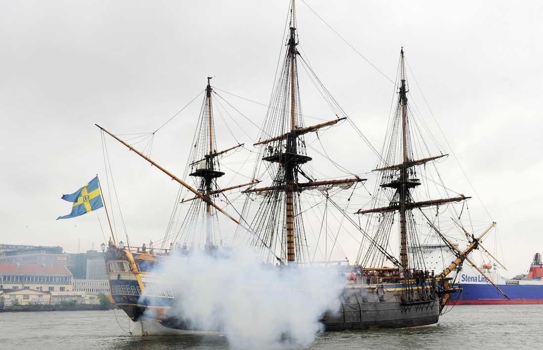 Ostindiefararen Götheborg lämnar Göteborg för seglats mot Stockholm och middag för kronprinsessan Victoria och Daniel Westling.