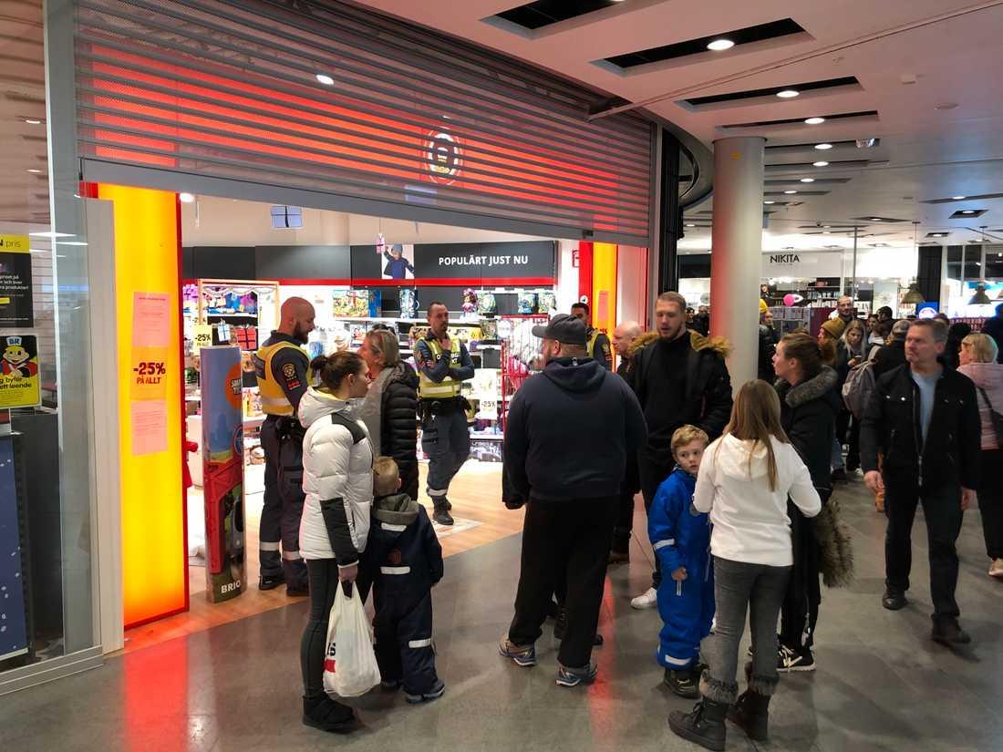 BR-leksaker i Liljeholmsgallerian i Stockholm tvingades stänga efter att personalen tagit emot hot från kunder.