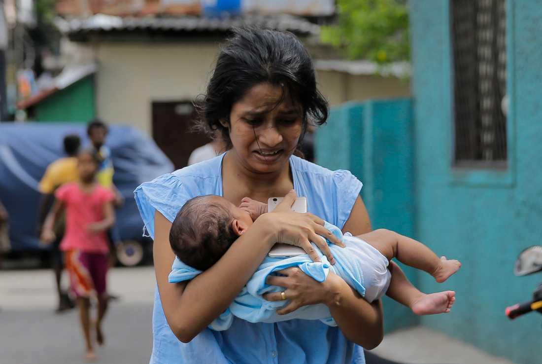 En kvinna springer med sin bebis under måndagen efter att polisen hittat ytterligare sprängmedel i en bil.