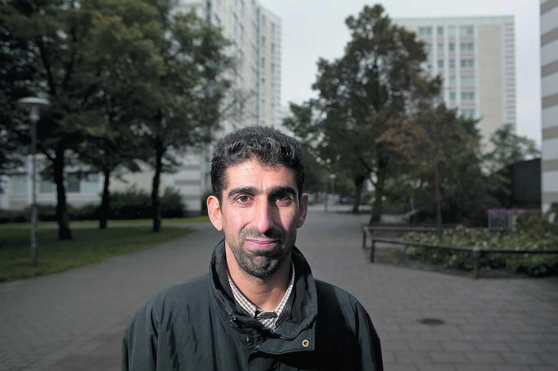 """Rassoui Alsultan fick sluta som elevassistent för åtta månader sedan. """"Jag skulle göra vad som helst för att få ett jobb"""", säger han."""