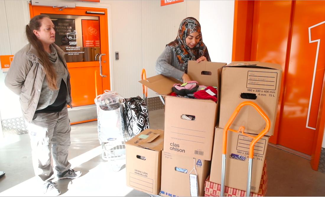 Israa Abdali samlar in kläder, hygienartiklar, leksaker och sjukvårdsmaterial i Sverige som packas i containrar.