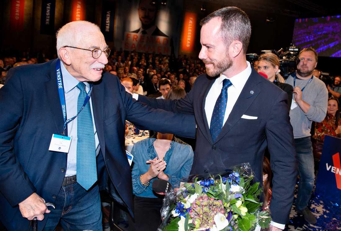 Jakob Ellemann-Jensen gratuleras av sin far Uffe Ellemann-Jensen efter att han valts som partiledare för Venstre i september 2019. Ellemann-Jensen den äldre var själv ledare för partiet 1984–1998 och var Danmarks utrikesminister 1982–1993. Arkivbild.
