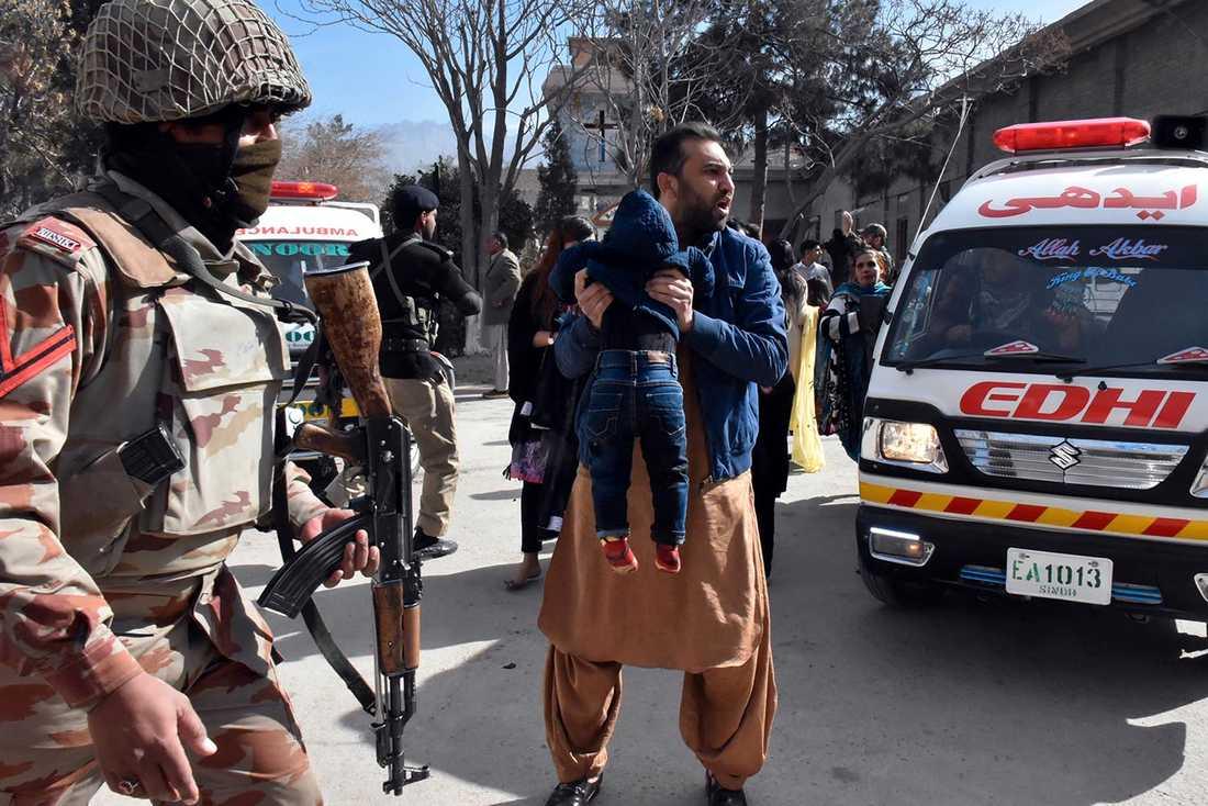 Enligt nyhetsbyrån AP har fem personer dött och minst 18 har skadats i attacken.