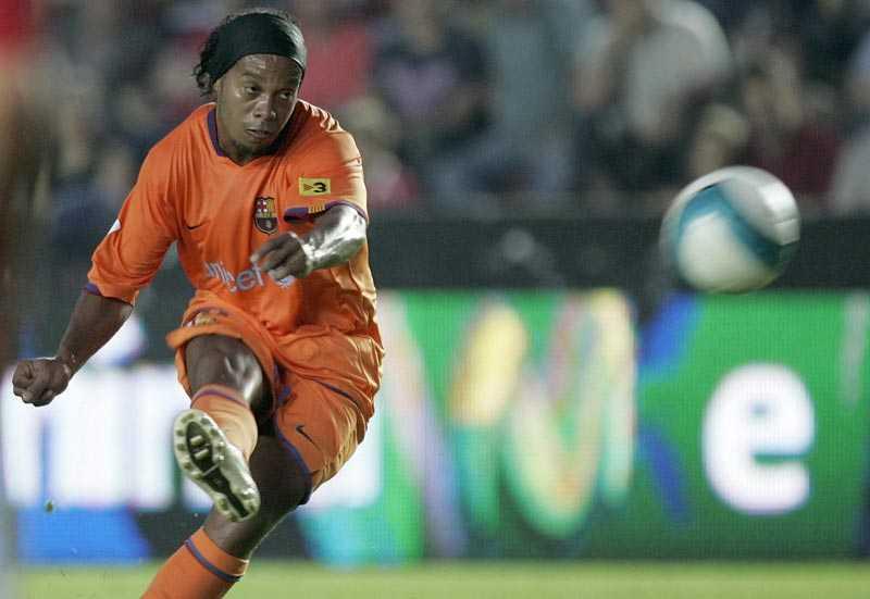 Ronaldinho kan vara på väg från Barcelona.