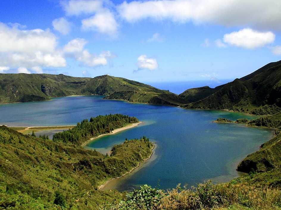 ELDSJÖN På 800 meters höjd i kratern på en utdöd vulkan, ligger denna enorma och vackra sjö. En promenad ner från sjön – sedan kan man unna sig ett dopp i den varma källan i Caldeiras.