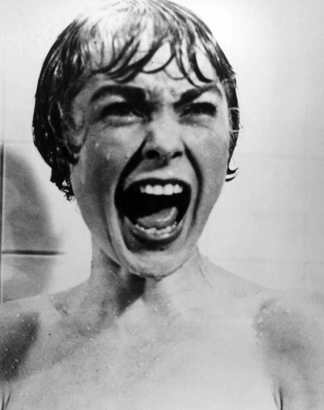 7 Psycho Inspelningsår: 1960 Skådespelare: Anthony Perkins, Janet Leigh, Vera Miles. Handlingen i korthet: Motellägare med osund relation till sin mamma sätter klorna i kvinnlig gäst på flykt. Klassisk scen: Den Oförglömliga Duschen.