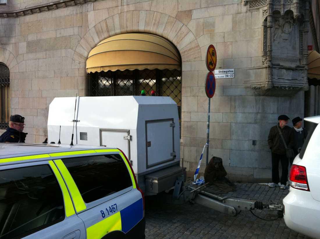 Här kör polisen bort det misstänkta paketet från Rosenbad.