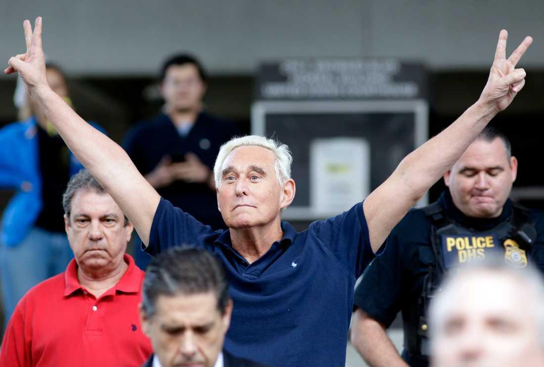 Den tidigare Trumprådgivaren Roger Stone lämnar domstolsbyggnaden i Fort Lauderdale i triumf efter att ha förklarats fri mot borgen.
