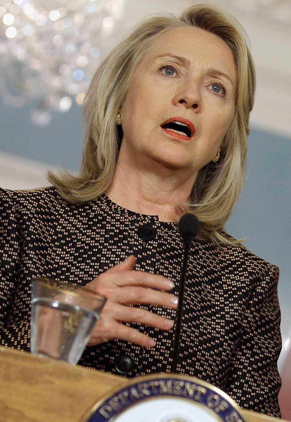 Hilary Clinton fördömer våldsamheterna i Syrien.
