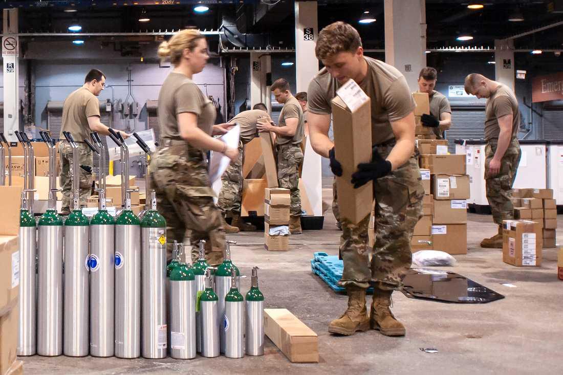Medlemmar ur nationalgardet är med och omvandlar en mässhall till en vårdinrättning i Chicago, USA:s tredje största stad.
