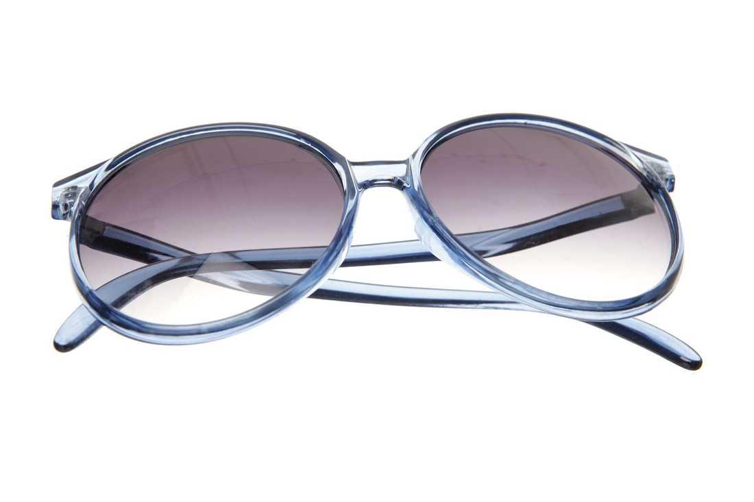 H&M, 79,50 kr. Lämna de svarta glasögonen hemma! Satsa på ett par glamourösa blåa solisar i vår.