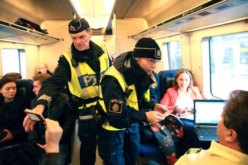 Polis utför gränskontroll i Hyllie. Kritiken mot id-kontrollerna har varit hård eftersom den försvårar pendlingen mellan Danmark och Sverige.