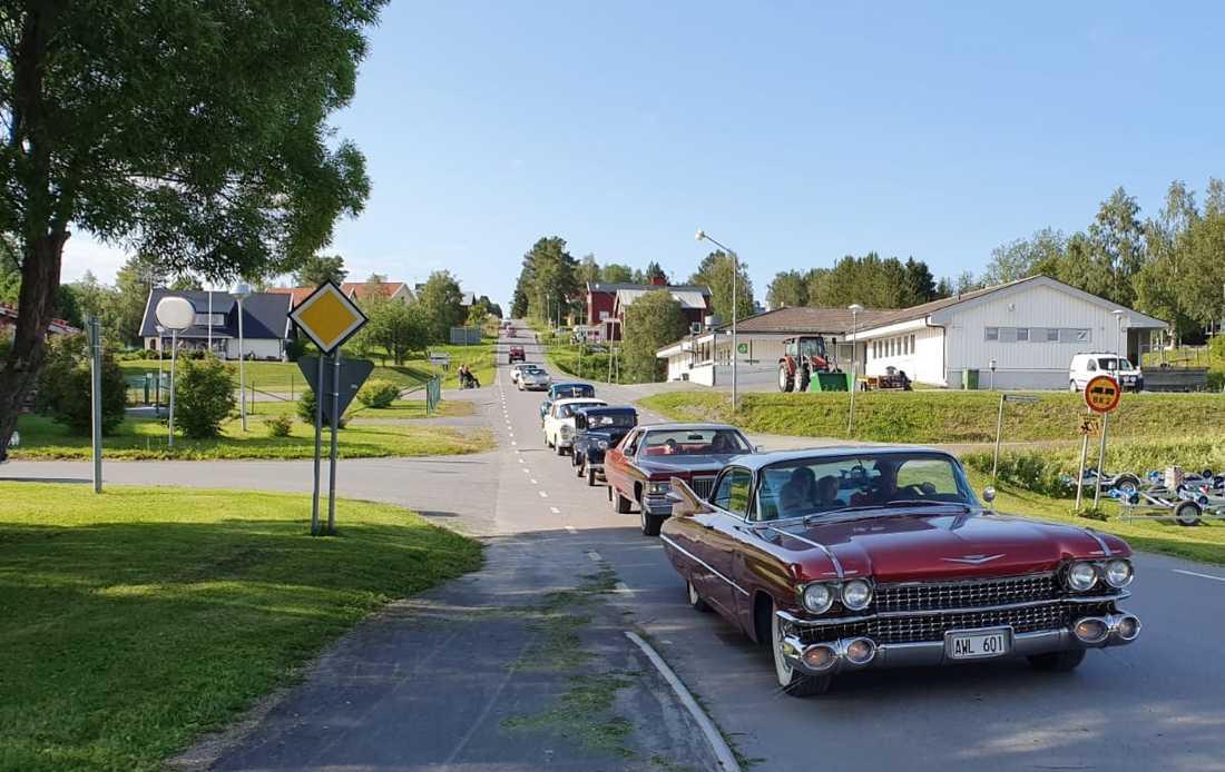 Flera personer stod längs vägen och såg på.