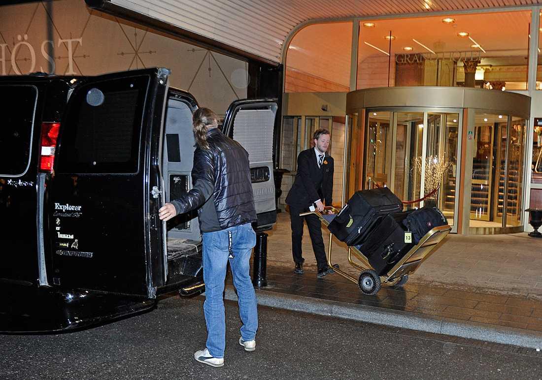 Justin Biebers bagage lastades i natt från Grand Hotel för vidare transport till Finland.