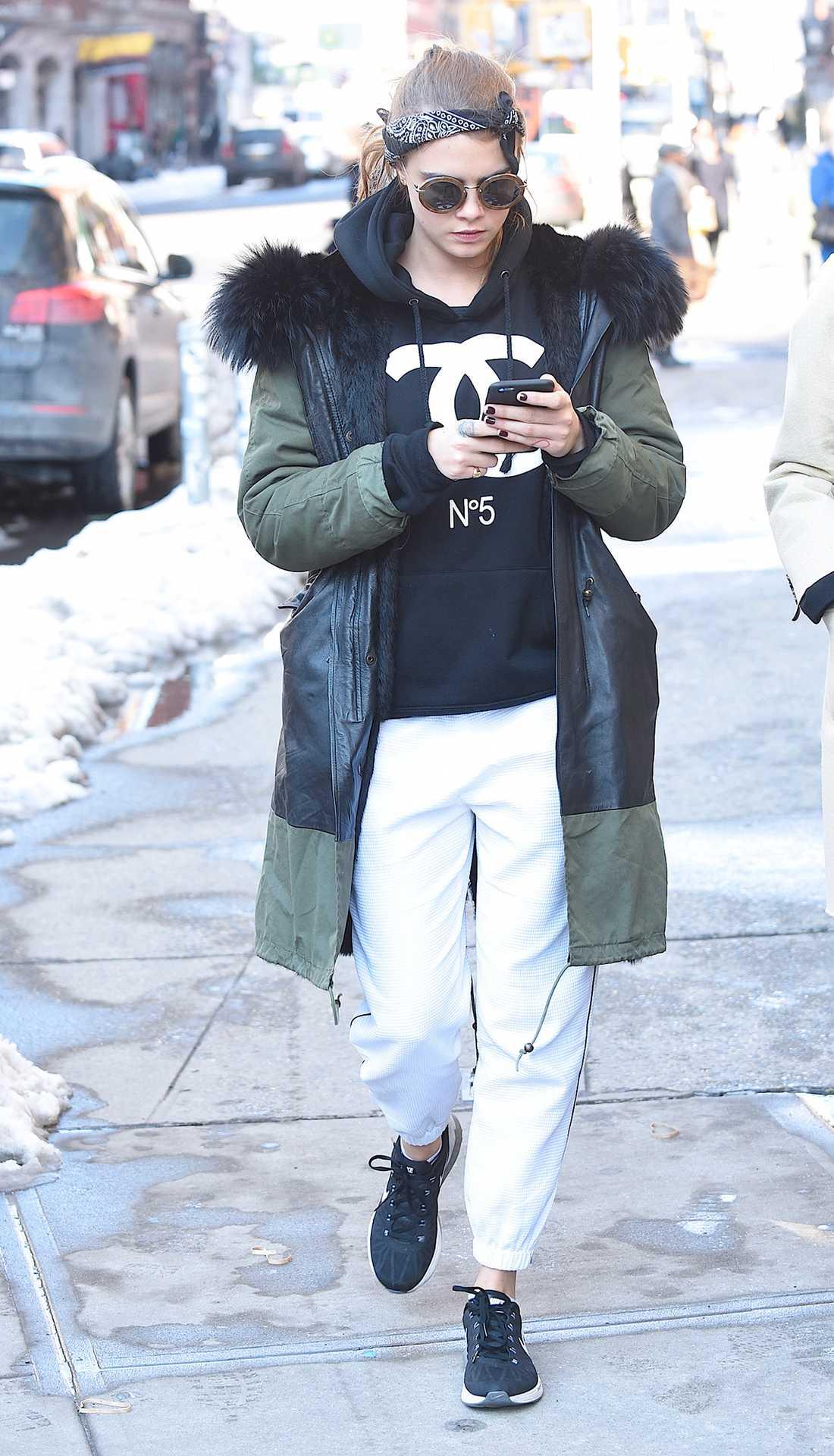 Cara Delevingne Mysigt och avslappnat. Cara matchar Chanel-mjukisar med solglasögon och en bandana.