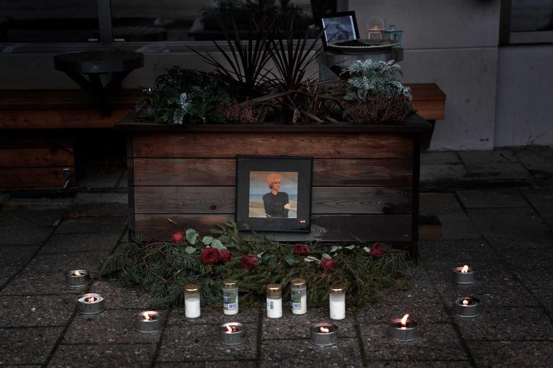 Utanför studion där Marie Fredriksson och Roxette spelade in de flesta av sina album finns nu en minnesplats med kondoleansbok för den folkkära världsartisten.