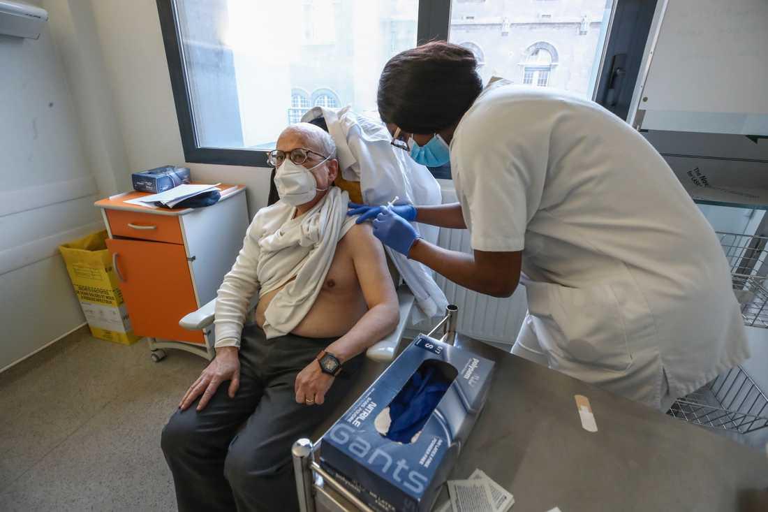 Vaccinering pågår mot covid-19 på ett sjukhus i Nanterre utanför Paris. Arkivbild.