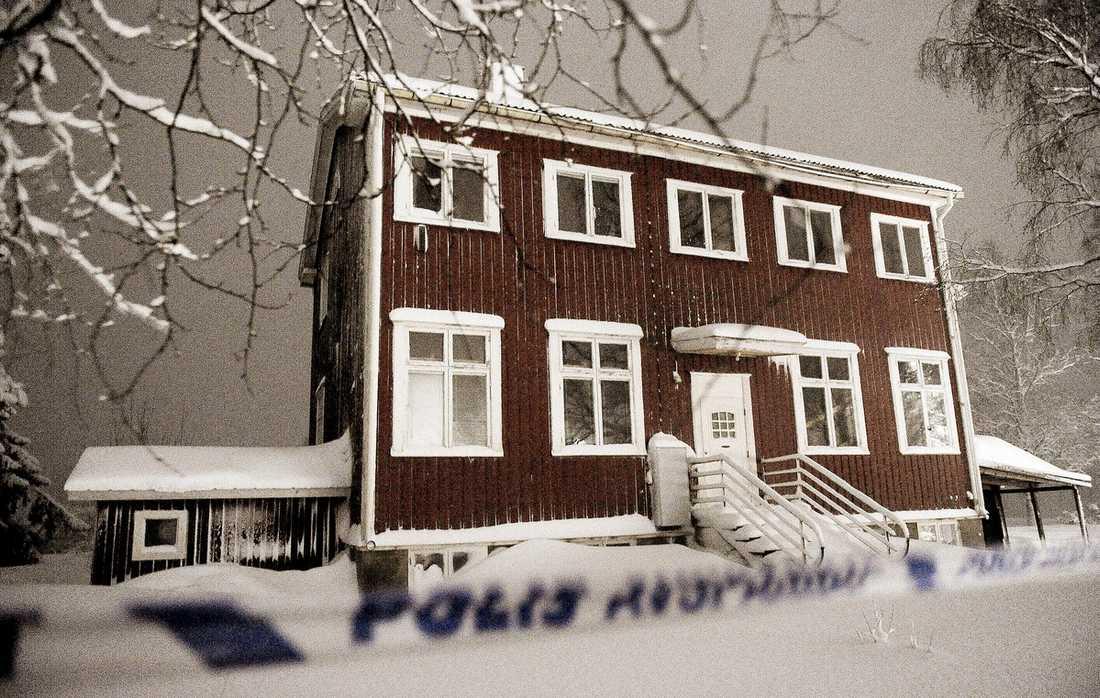 ÄR FORTFARANDE VID LIV Den 25-årige psykologstudenten fritogs i går av polisen i en ödslig by utanför Robertfors. Då hade det gått åtta dagar sedan han kidnappades i Uppsala. Två personer, en kvinna och en man sitter häktade misstänka för människorov.