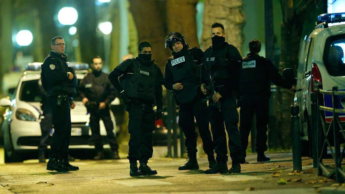 Polisen uppges jaga två personer som misstänkts för inblandning i terrordåden i fredags.