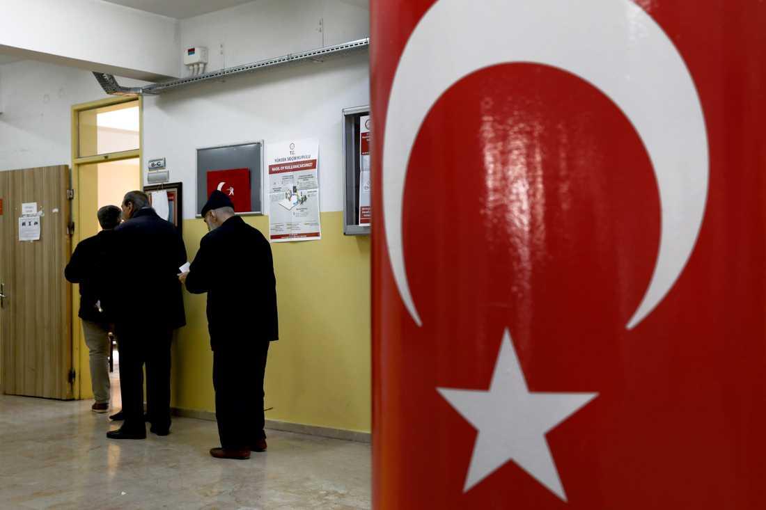 Maktpartiet AKP tappade makten i huvudstaden Ankara i söndagens lokalval. Även i storstaden Istanbul riskerar partiet att förlora makten.