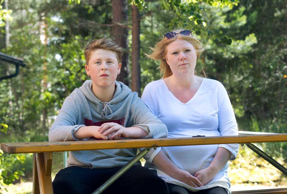 Liam med sin mamma Helena.
