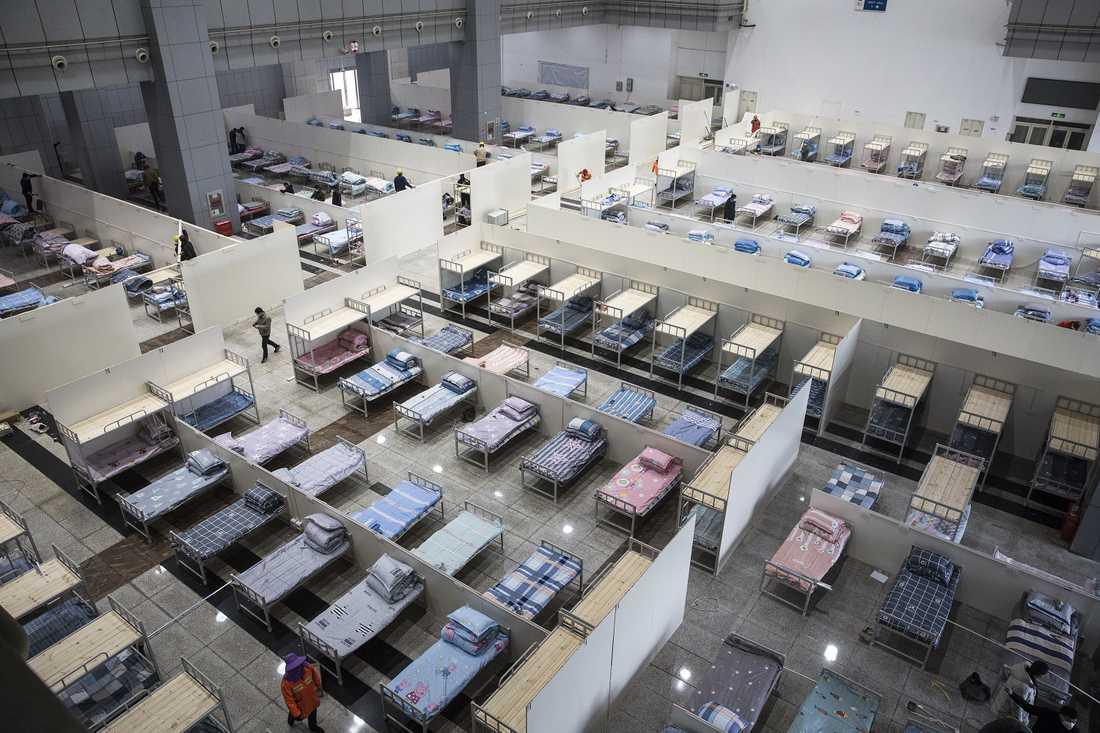 Sjukhussängar i Wuhan i provinsen Hubei där också General Motors och Honda har bildelsfabriker. Svenska Volvo kan tvingas stoppa produktionen i Torslanda, Göteborg, i spåren efter Coronaviruset.