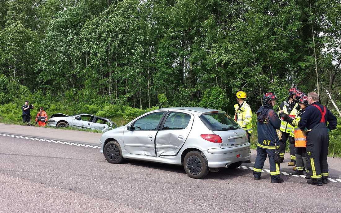 Carolines bil blev totalförstörd. Hon berättar att försäkringsbolaget tittat på bilen och sagt att det inte är någon idé att laga de omfattande skadorna. I bakgrunden syns männens bil som voltade ner i diket.