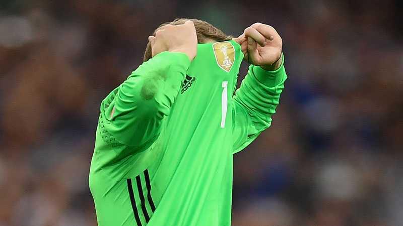 Manuel Neuer deppar efter matchen.