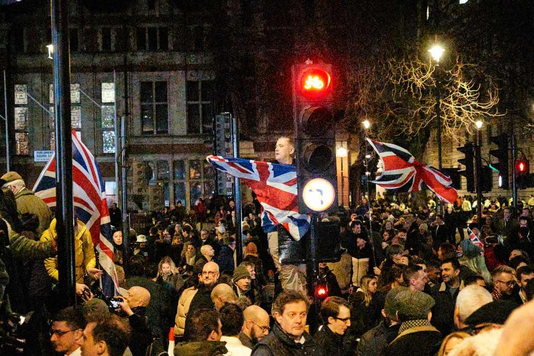 Firande utanför parlamentet efter midnatt.