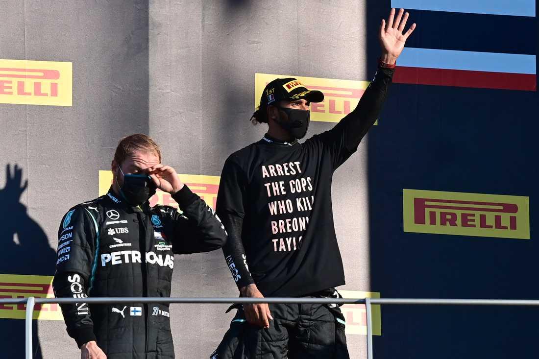 Lewis Hamilton med t-shirten. Han utreds nu av det internationella bilsportsförbundet efter sitt ställningstagande.