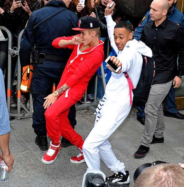 Justin Bieber var på danshumör även när han var på väg in i bussen inför Globenkonserten i går.