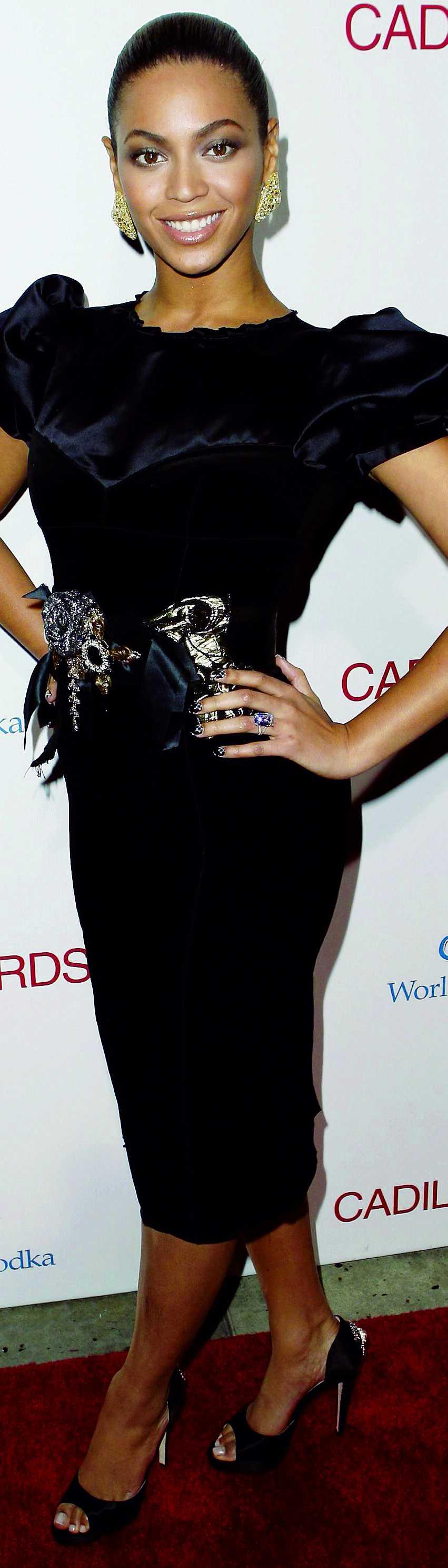 """Beyoncé skrudar sig i svart sammet från Dolce & Gabbana på premiären av """"Cadillac records""""."""