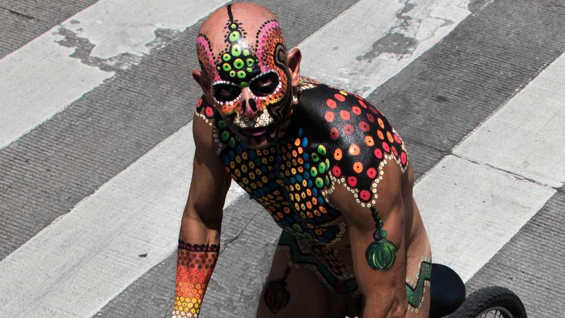 En naken men färggrant kroppsmålad deltagare