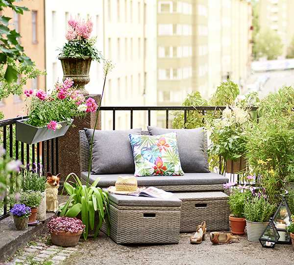 För att få det mysigt på balkongen, inred med växter på alla nivåer, golv, väggar och tak. Soffgrupp Emma, 3 495 kr, Plantagen.