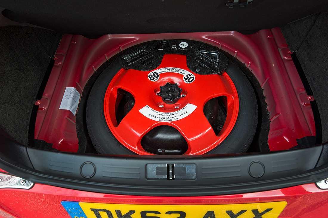 Ett riktigt reservhjul i skuffen. Foto: LASSE ALLARD