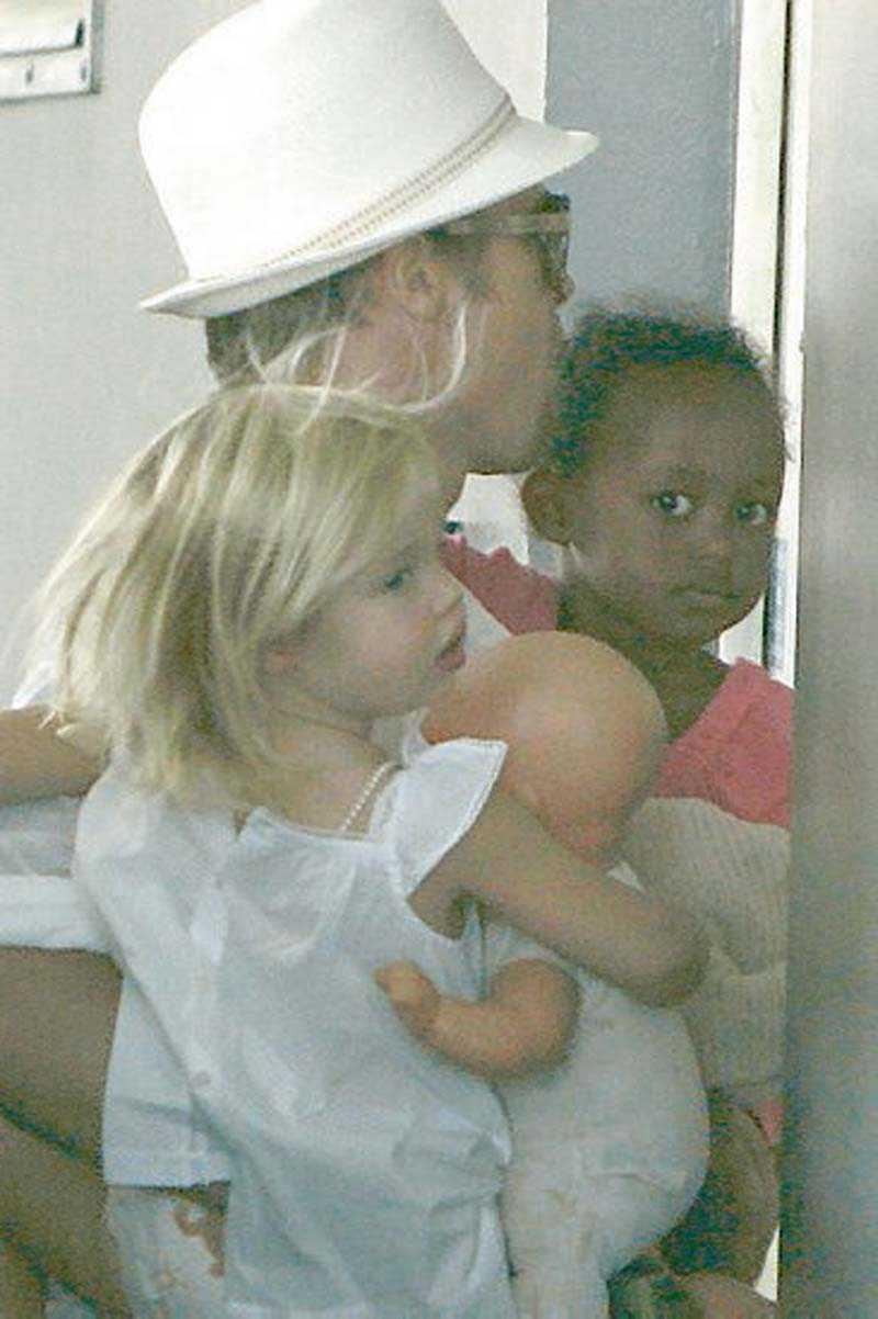 Brad med döttrarna Shiloh och Zahara.