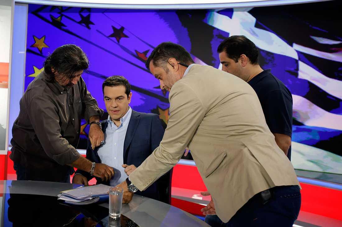 Tsipras förbereds för tv-intervjun.