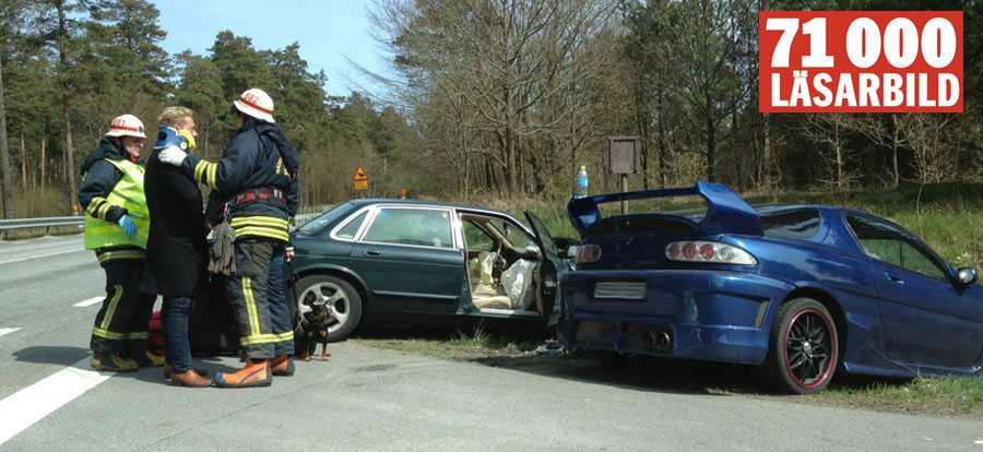 Här tas Ranelid omhand av räddningstjänsten efter olyckan.