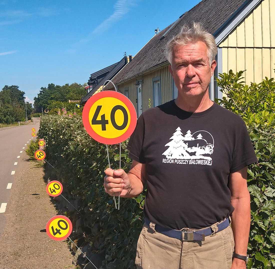Peter Göransson bor längs vägen, och tillsammans med grannar satte upp 40-skyltarna.