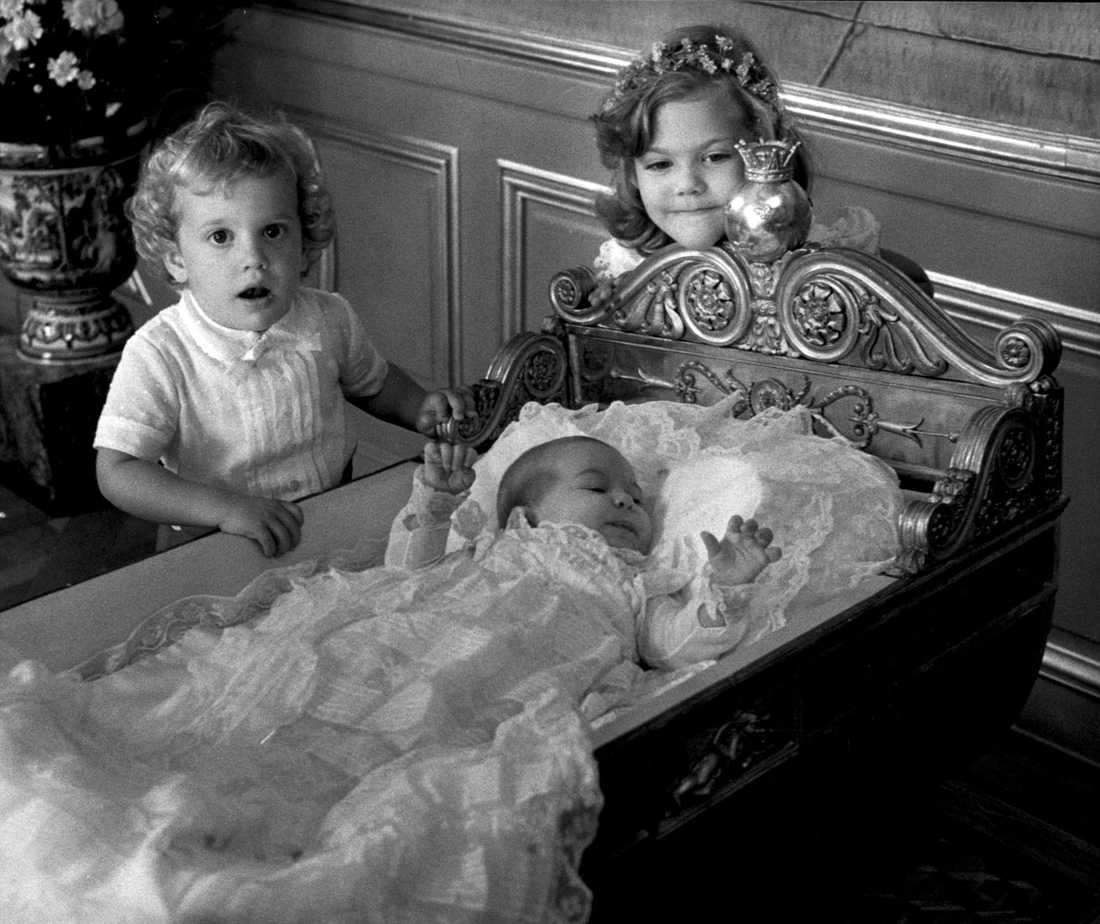 Dopet Nyligen döptes prinsessan Estelle - nästan 30 år efter senaste kungliga dopet i Sverige. Då var det Madeleine som döptes i Slottskyrkan. På bilden ligger prinsessan Madeleine i en ornerad vagga med dopklänningen på. Victoria och Carl Philip står bredvid sin lillasyster.