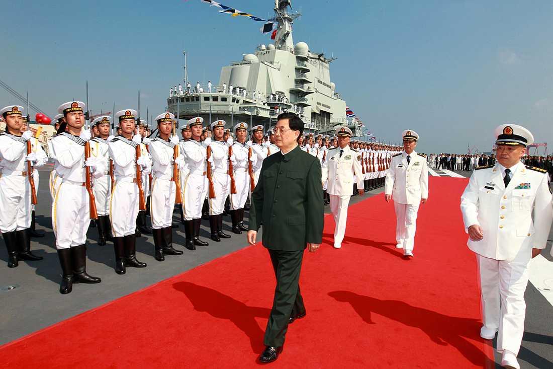 Presidenten Hu Jintao var på plats för att inspektera under invigningen av Kinas nya hangarfartyg.