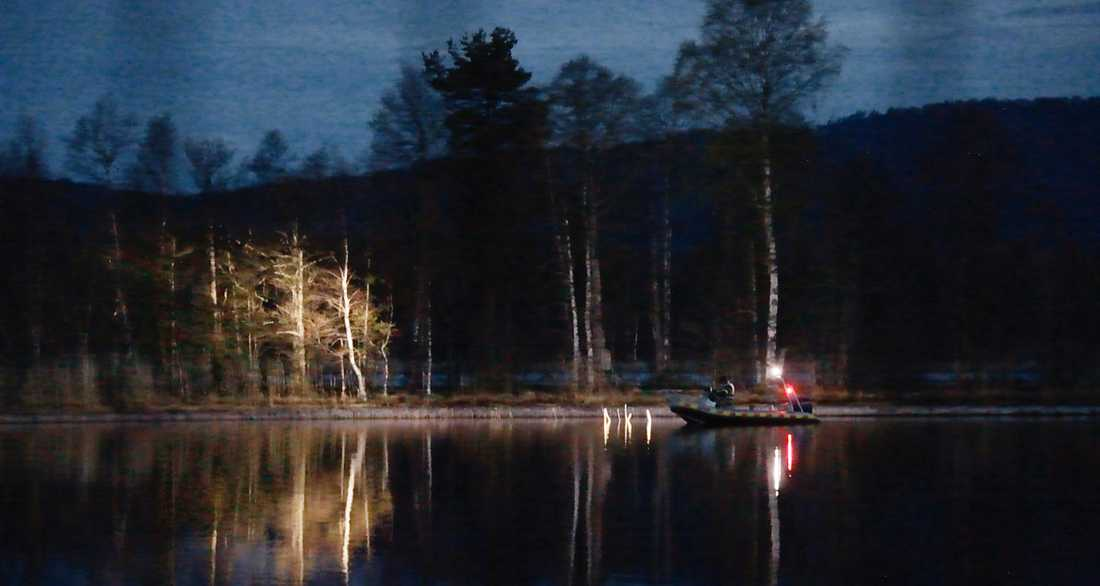 Polis söker vid sjön där Tova hittades.