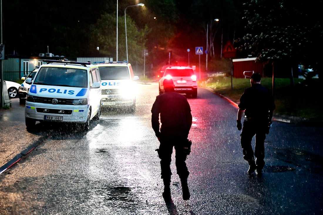 Sammanlagt fyra personer jagas av polisen.