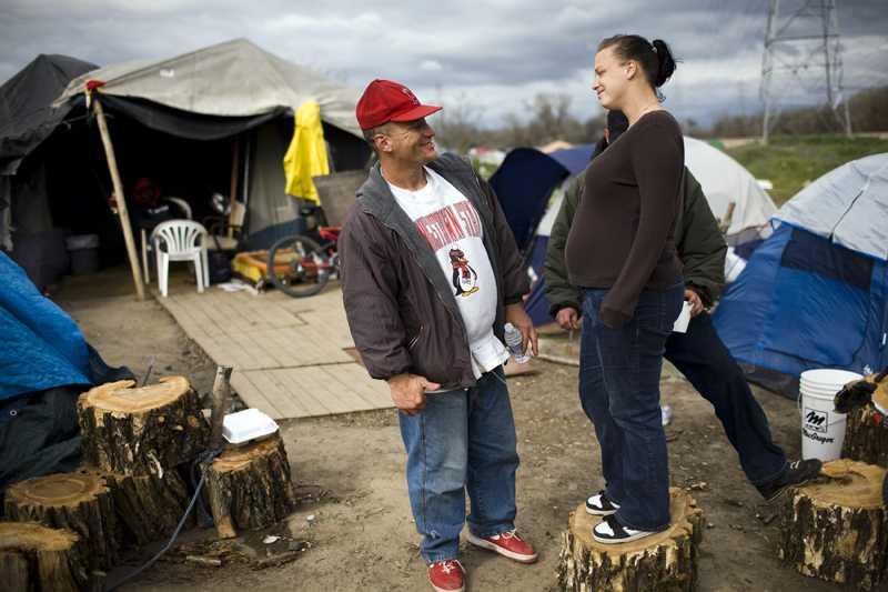 Rob Bennett och Kami Ballard språkas vid i tältstaden utanför Sacramento.
