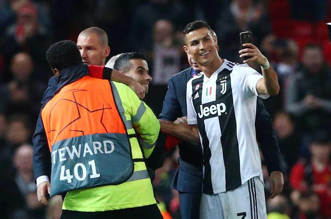 Cristiano Ronaldo tog en selfie med en planstormare