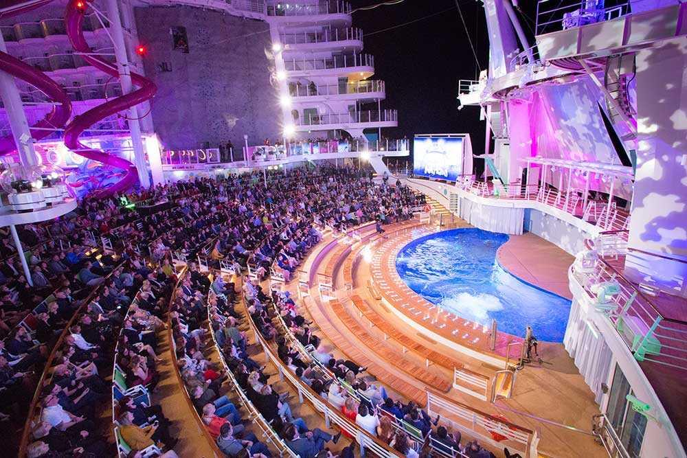 Det visas olika typer av shower och föreställningar ombord.