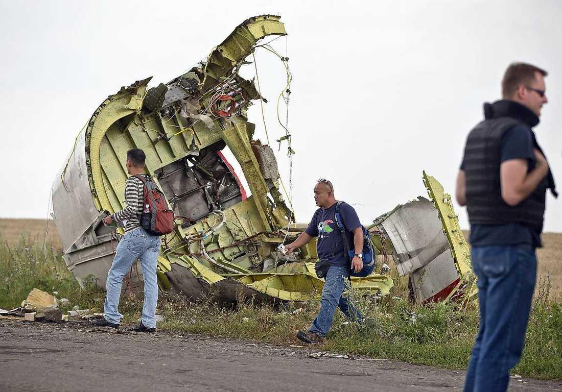 Utredare från Malaysia undersöker vraket av MH17.