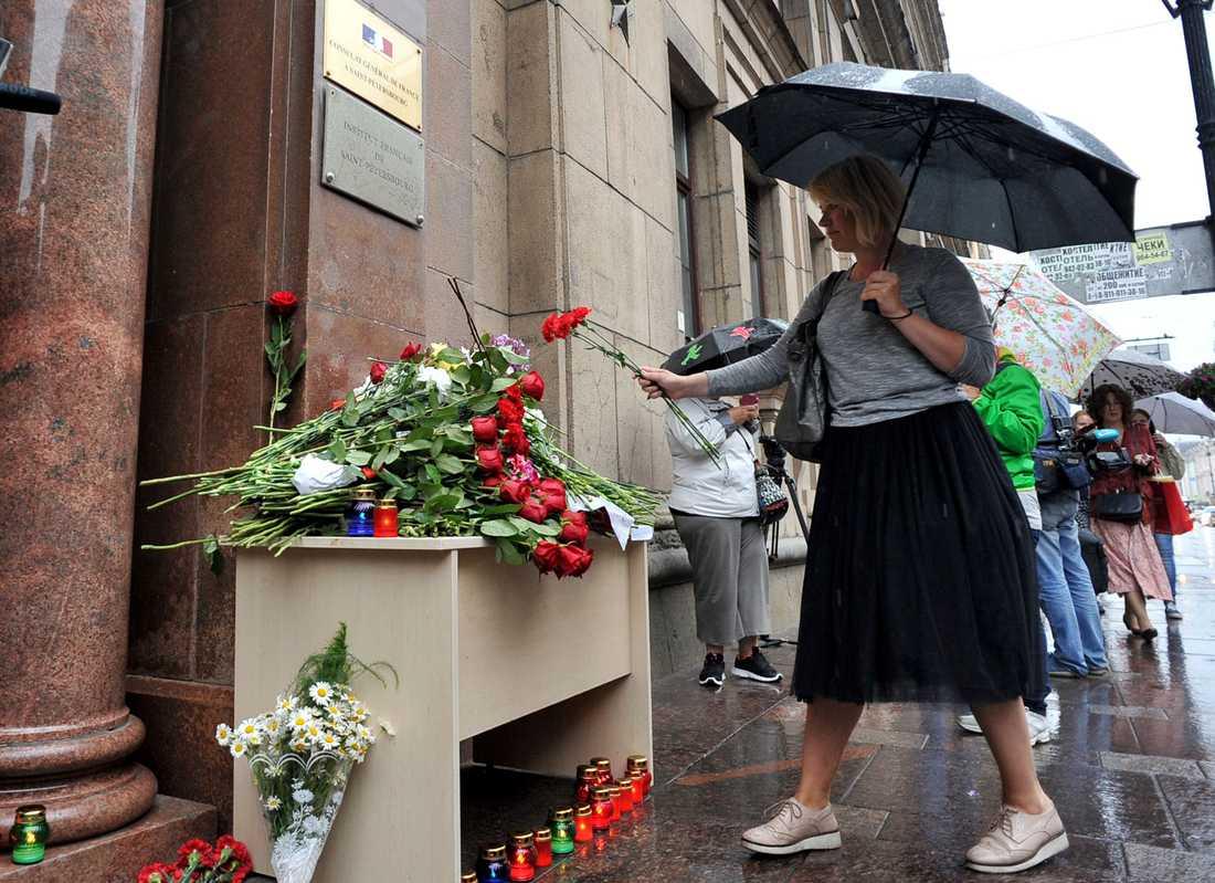 I S:t Petersburg lägger en kvinna blommor vid franska konsulatet.